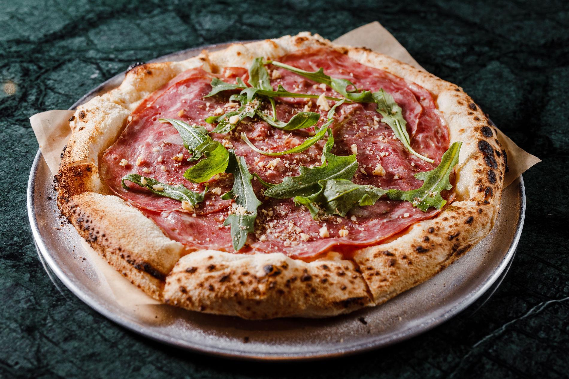 Пицца с ветчиной, рукколой и соусом блю чиз ©Фотография предоставлена заведением