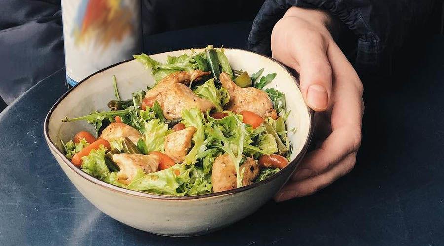 Салат с курицей, рукколой, шпинатом и яблоком ©Фото со страницы кафе «Кофе Культ» в инстаграме www.instagram.com/coffee_cult_krd