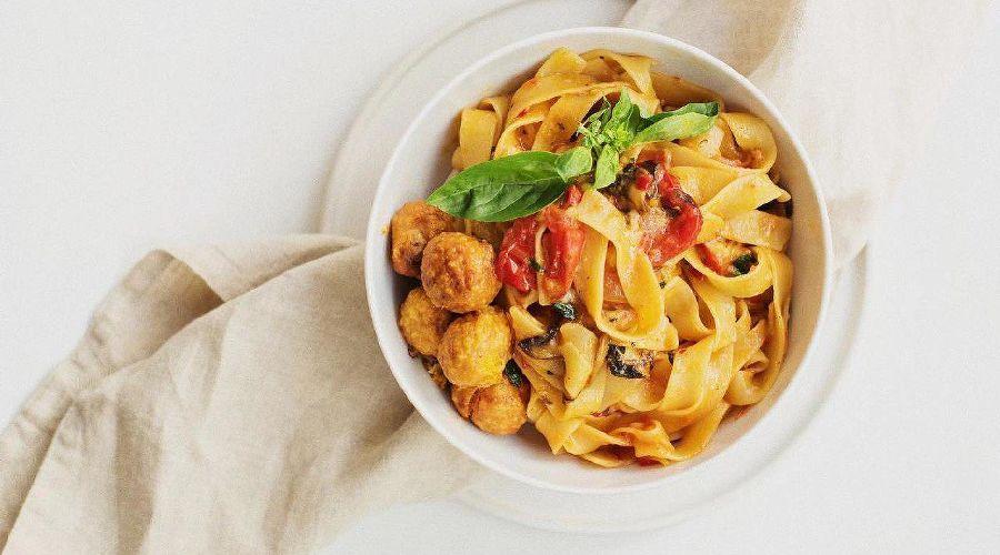Паста с овощами и фалафелем в томатном соусе © Фото со страницы салат-бара Crispy в инстаграме www.instagram.com/crispy_krd