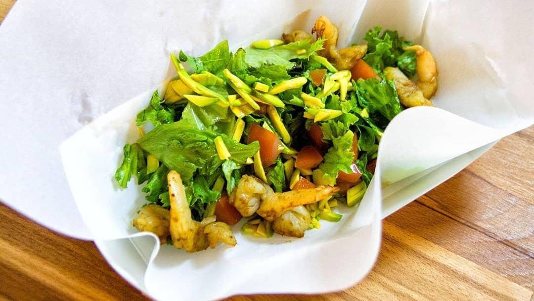 Салат с креветками, авокадо и имбирной заправкой