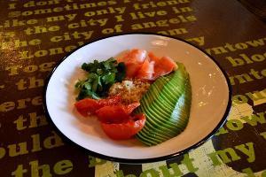 Киноа с лососем, авокадо и вялеными томатами ©Фото Заиры Гамидовой, Юга.ру