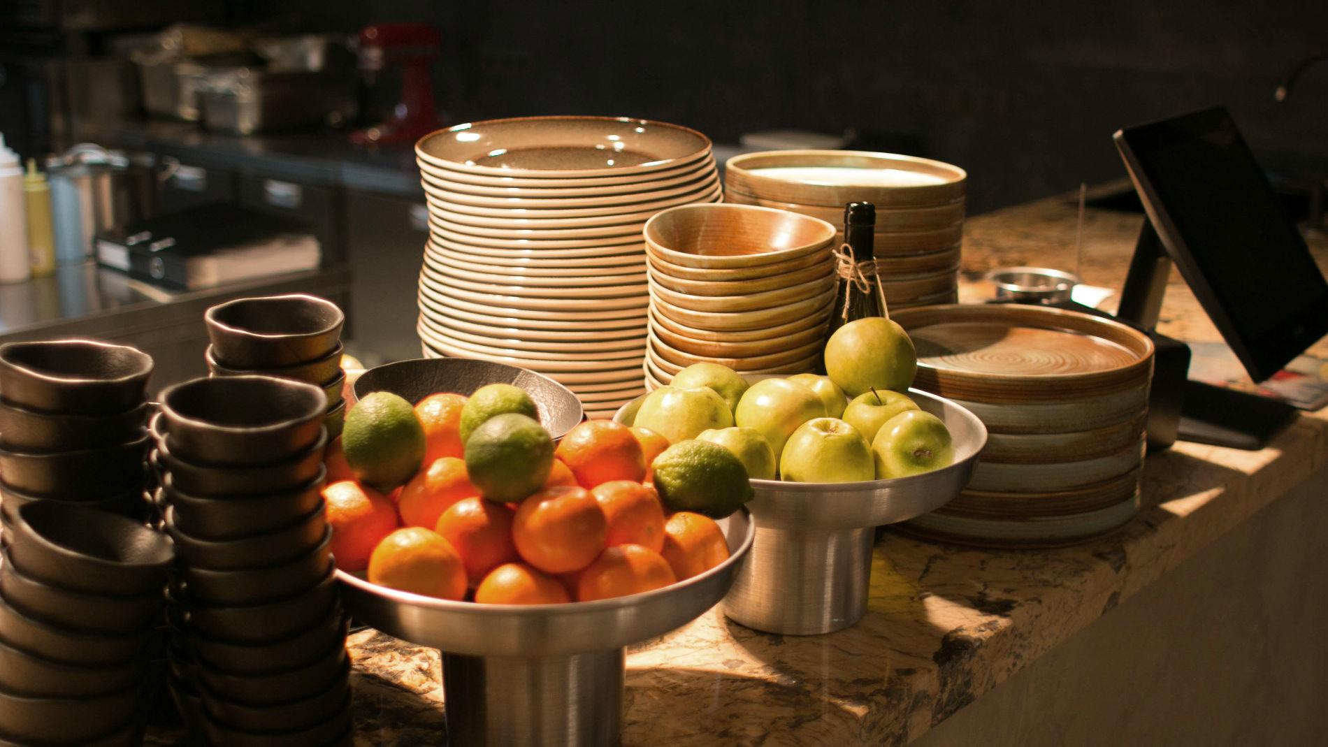 Посетитель видит своими глазами все ингредиенты и процесс приготовления блюд ©Фото ресторана «Голый повар»