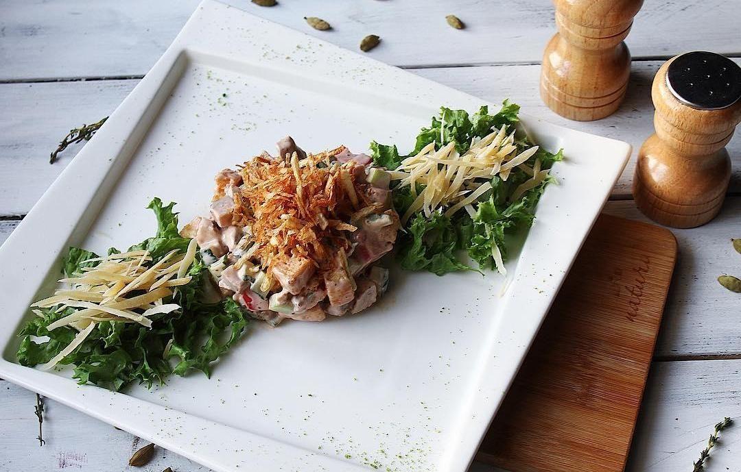 Салат с бужениной и свежими овощами