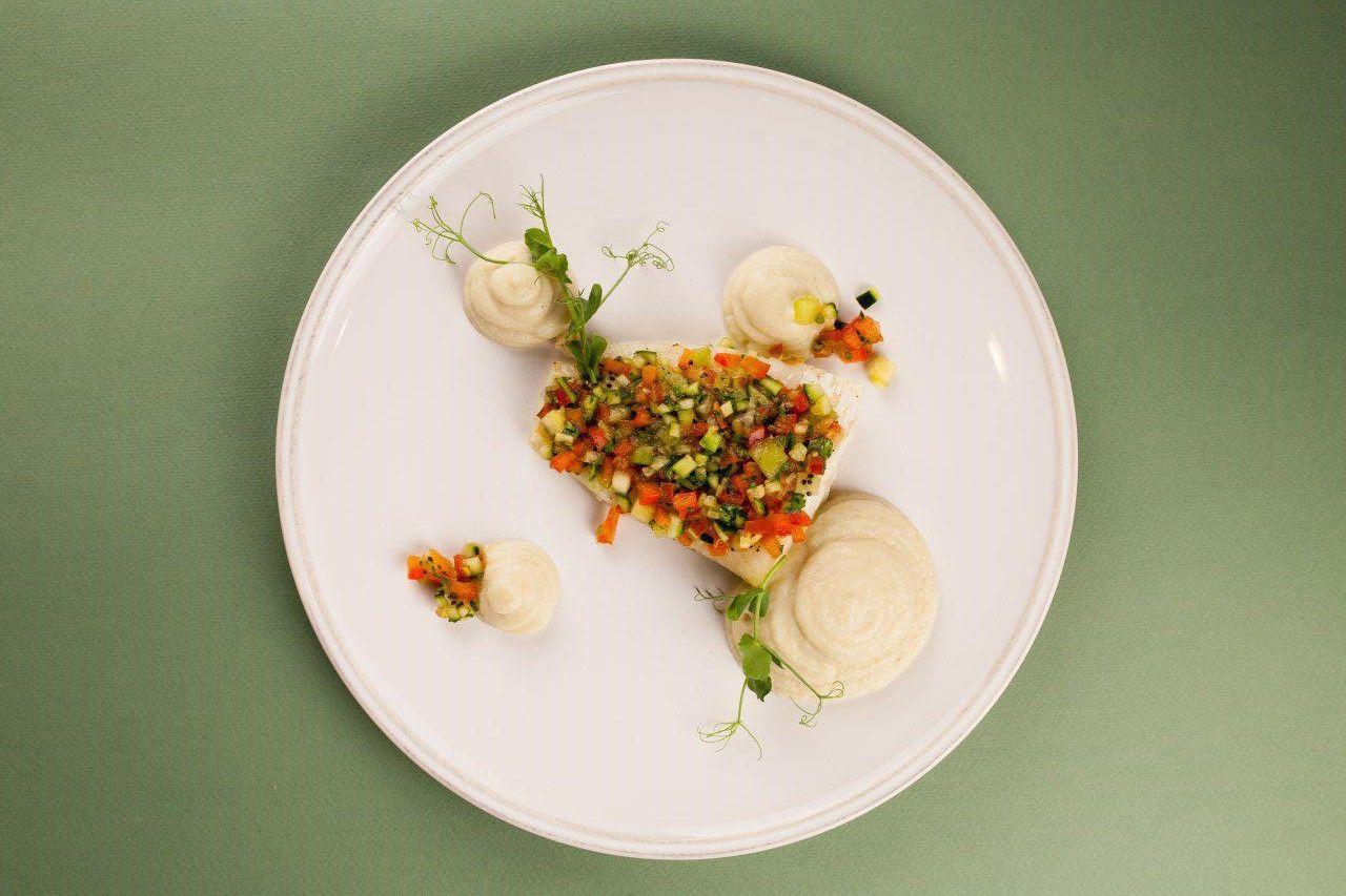 Треска с овощной сальсой и муссом из цветной капусты ©Фотография предоставлена заведением