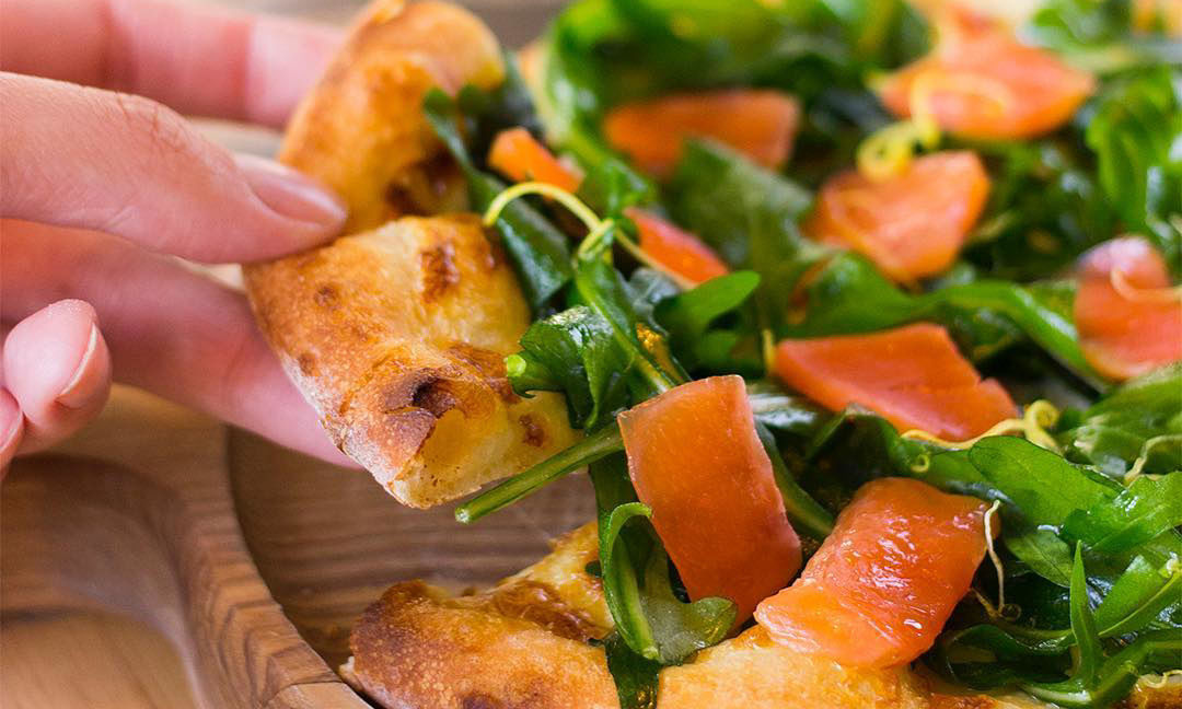 Пицца со слабосоленой семгой и рукколой ©Фото со страницы кафе «Луи Бидон» в инстаграме www.instagram.com/lui.bidon