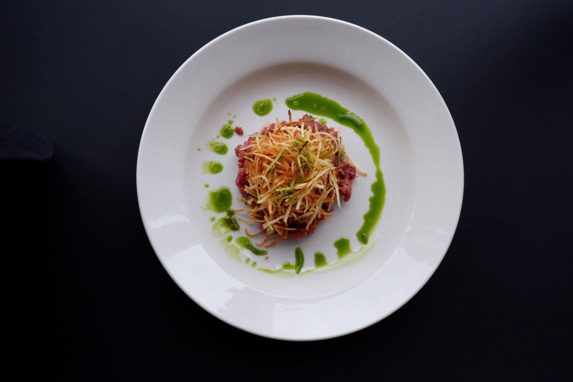 Тартар «Скотина» из говяжьей вырезки с двумя видами лука и каперсами ©Фотография предоставлена рестораном «Скотина»