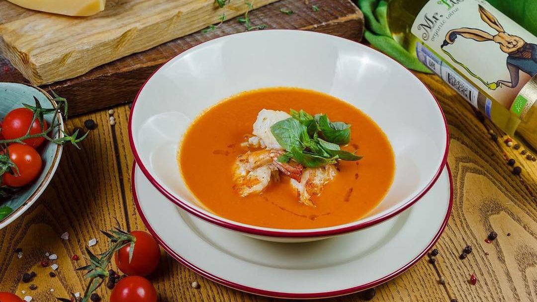 Томатный суп с треской, креветками, кальмаром и ароматным базиликом
