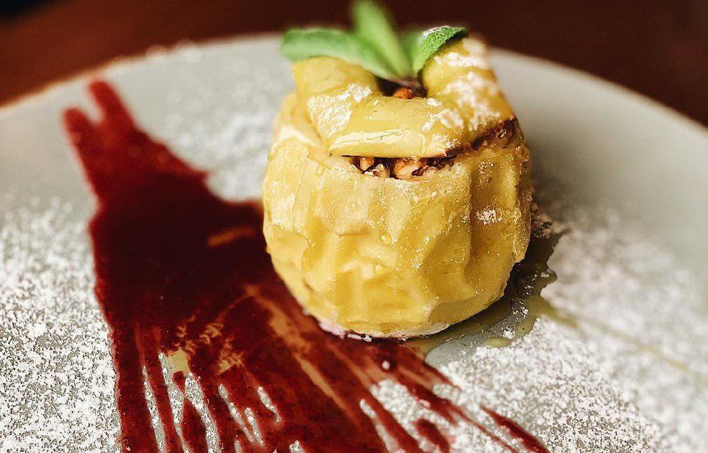 Яблоко, запеченное с медом и грецкими орехами ©Фото со страницы ресторана «Дом» в инстаграме, www.instagram.com/restoran.dom