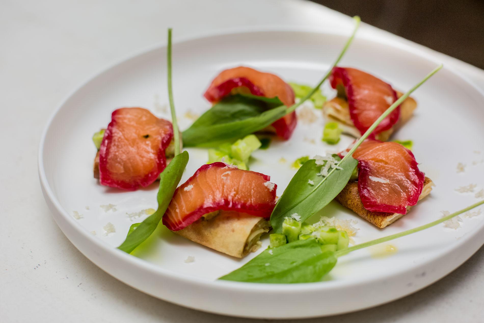 Блины с маринованным в бруснике лососем и сливочным сыром в ресторане Red Fox ©Фото предоставлено рестораном