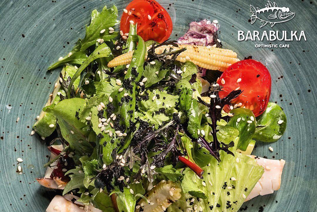 Теплый салат с кальмаром, мини-кукурузой и весенними овощами