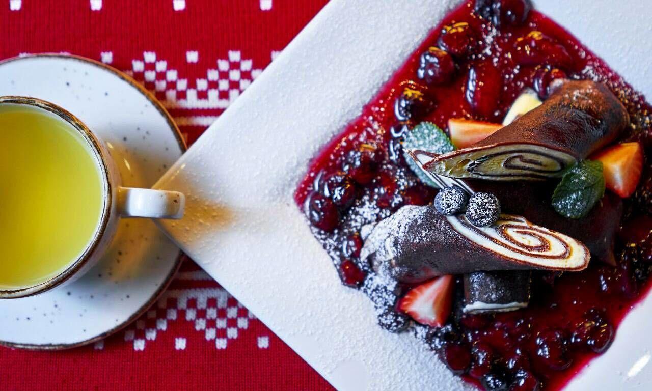 Шоколадные блины с маскарпоне и ягодами ©Фотография предоставлена заведением