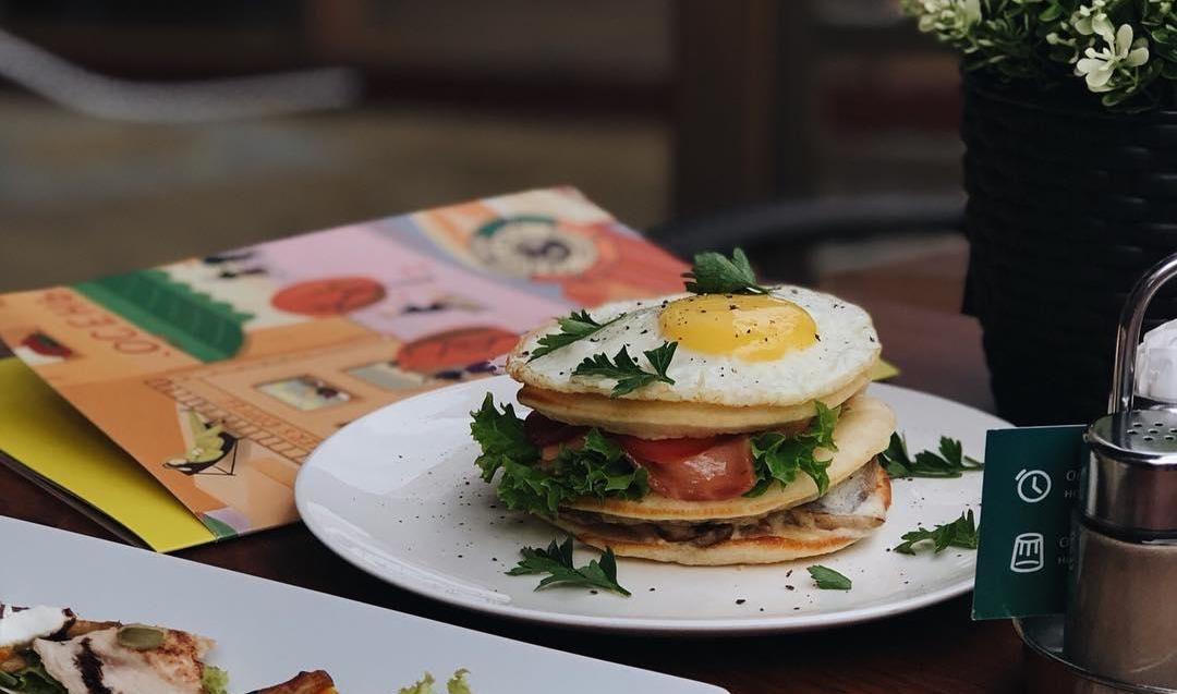 Панкейки с яйцом, слабосоленым лососем и грибами ©Фото со страницы кофейни Traveler's Coffee в инстаграме www.instagram.com/travelerscoffeekrasnodar