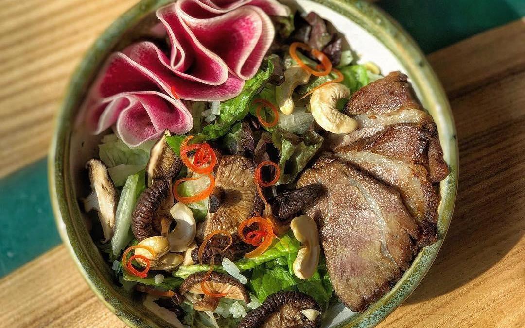 Салат с обжаренной говядиной и грибами шиитаке ©Фото со страницы кафе Bali Yummy в инстаграме www.instagram.com/baliyummycafe