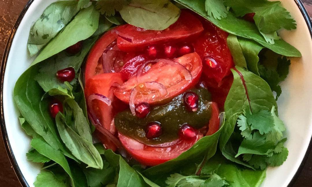 Салат из розовых помидоров с гранатом и дипом из халвы