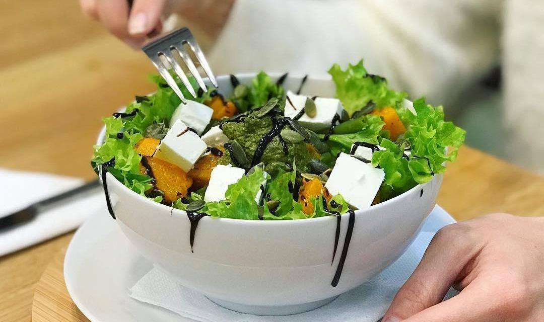 Салат с запеченной тыквой, сыром фета, тыквенными семечками и соусом песто ©Фото со страницы кафе Crispy в инстаграме www.instagram.com/crispy_krd