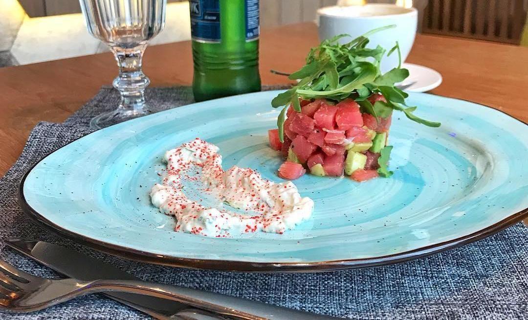 Тартар из тунца с авокадо и рукколой