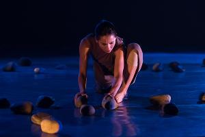 Спектакль современного танца «Камни со дна реки» в Одном театре ©Фото Елены Синеок, Юга.ру