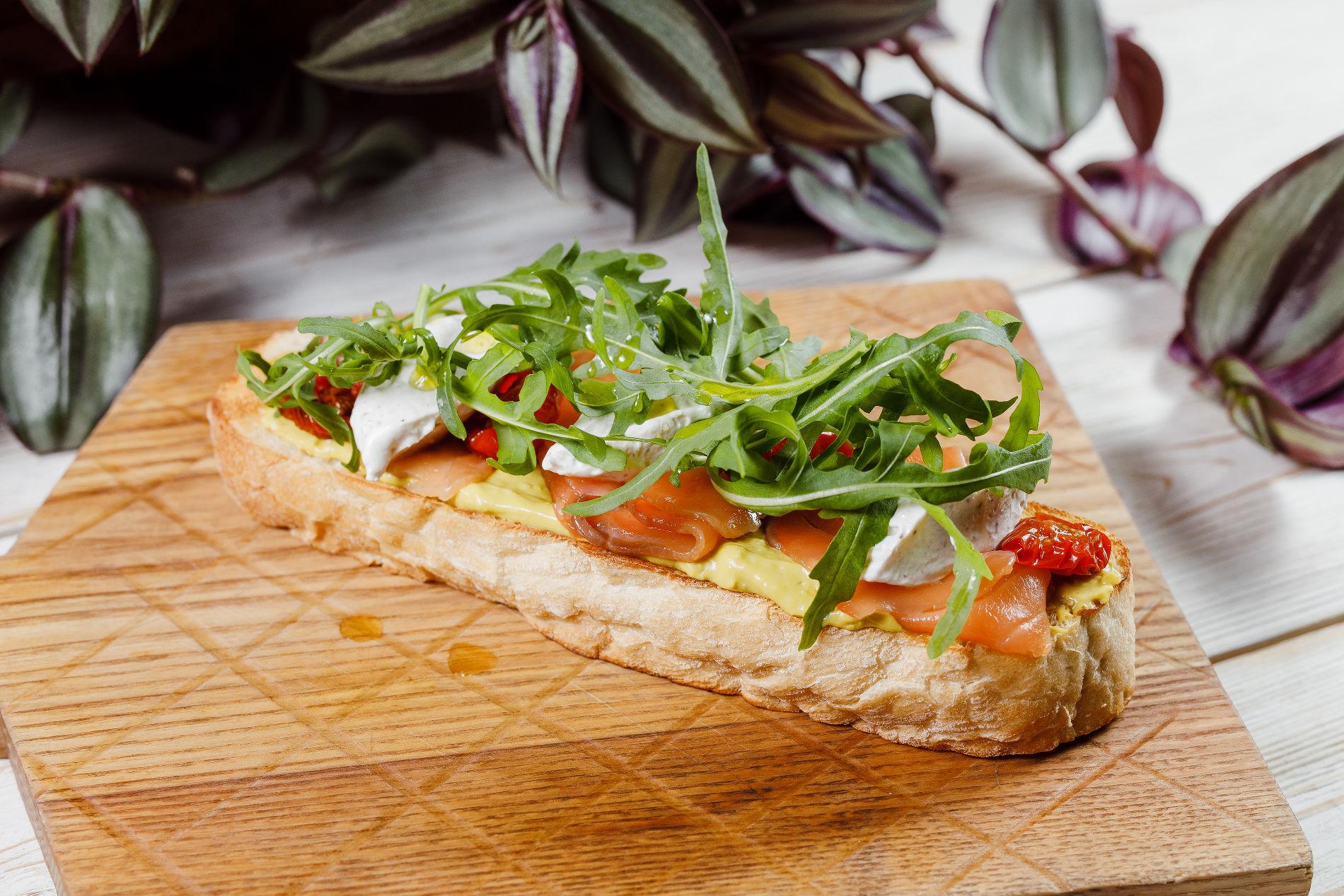 Тост с семгой и авокадо ©Фотография предоставлена заведением