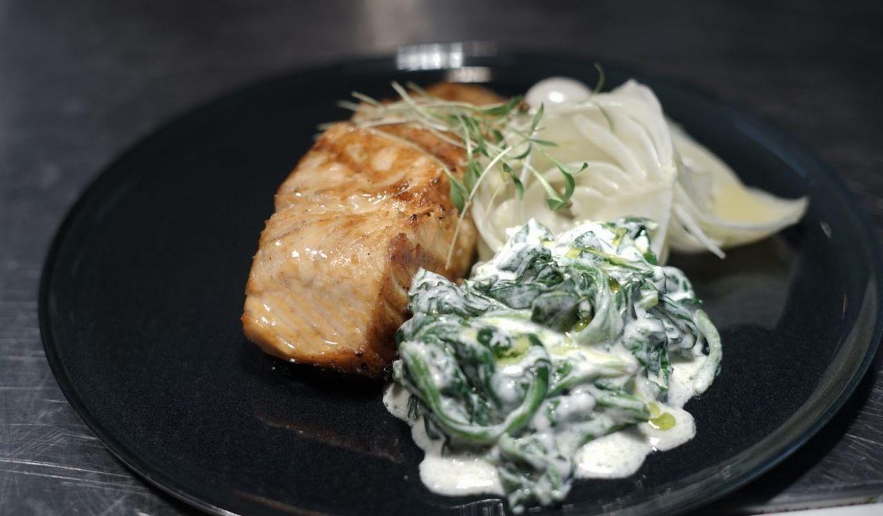 Стейк из лосося со шпинатом и фенхелем ©Фотография предоставлена заведением