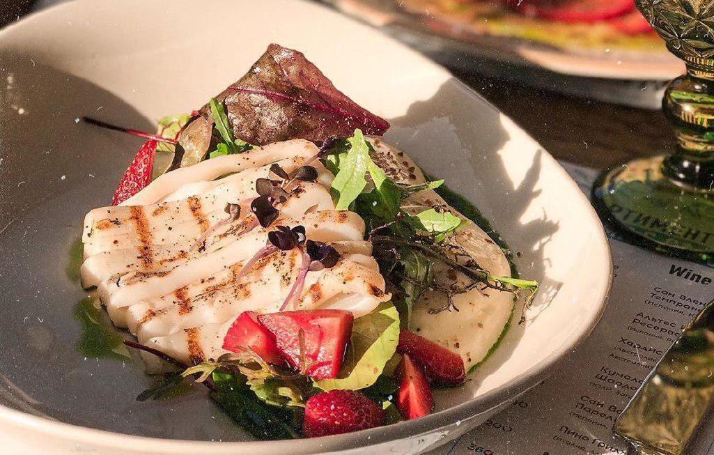 Салат с кальмаром, клубникой и пармезановым муссом ©Фото со страницы бистро Луи Бидон в инстаграме, www.instagram.com/lui.bidon