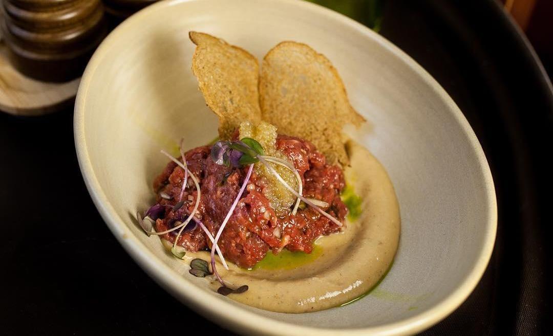 Тартар из говядины с пюре из печеного чеснока ©Фото со страницы ресторана «Сын мясника» в инстаграме www.instagram.com/sonbutcher