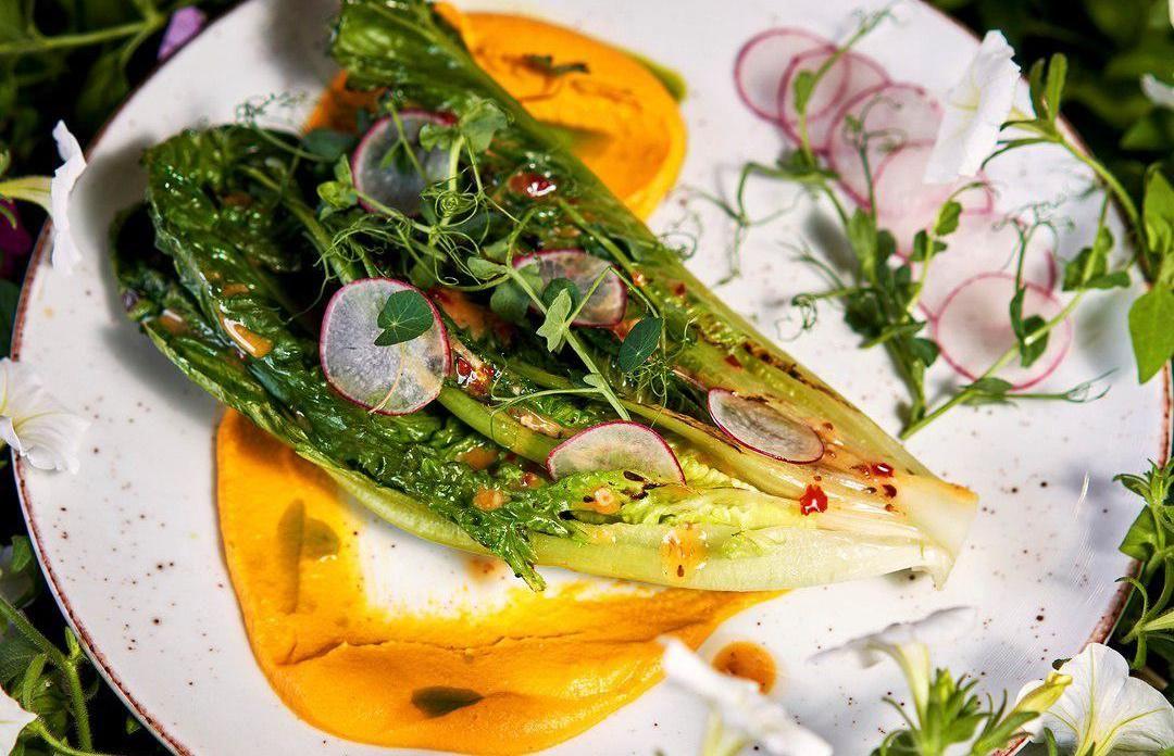 Жареный салат романо с редисом, морковным кремом и горчичным дрессингом ©Фото со страницы ресторана «Макароны» в инстаграме, www.instagram.com/macaroni.restaurant