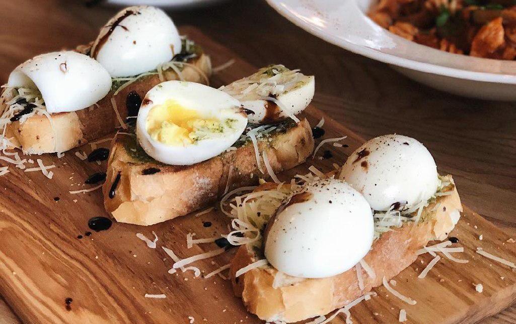 Брускетта на хрустящей чиабатте с соусом песто, куриным яйцом и сыром Пармезан