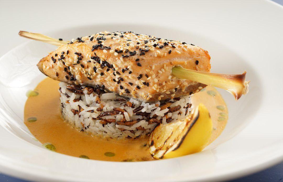 Стейк из лосося в кунжуте с диким рисом и соусом из креветок