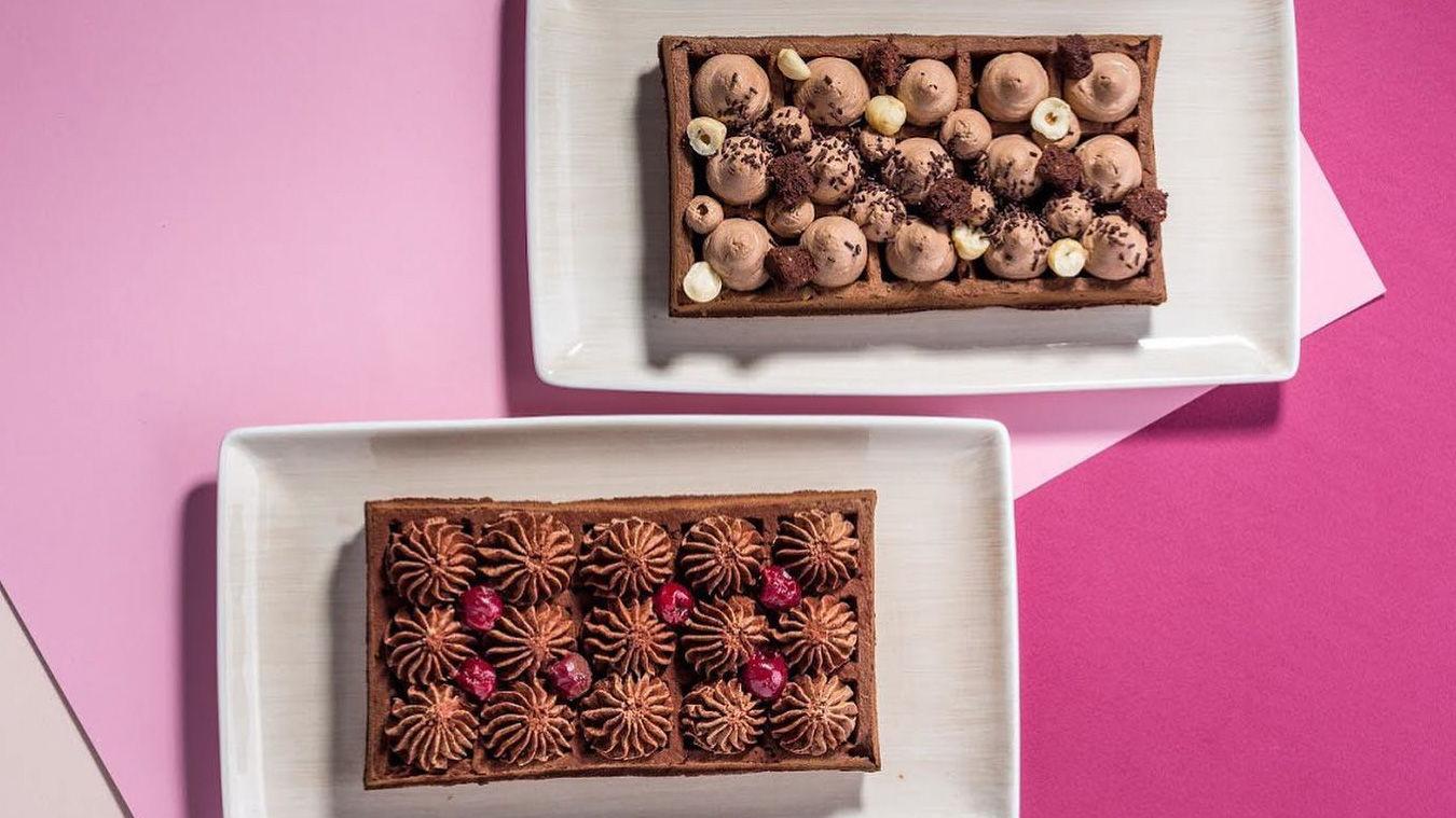 Десерты «Джандуйя» и «Вишня в шоколаде» ©Фото со страницы кафе «Вафли-вафли» в инстаграме www.instagram.com/vaflivafli