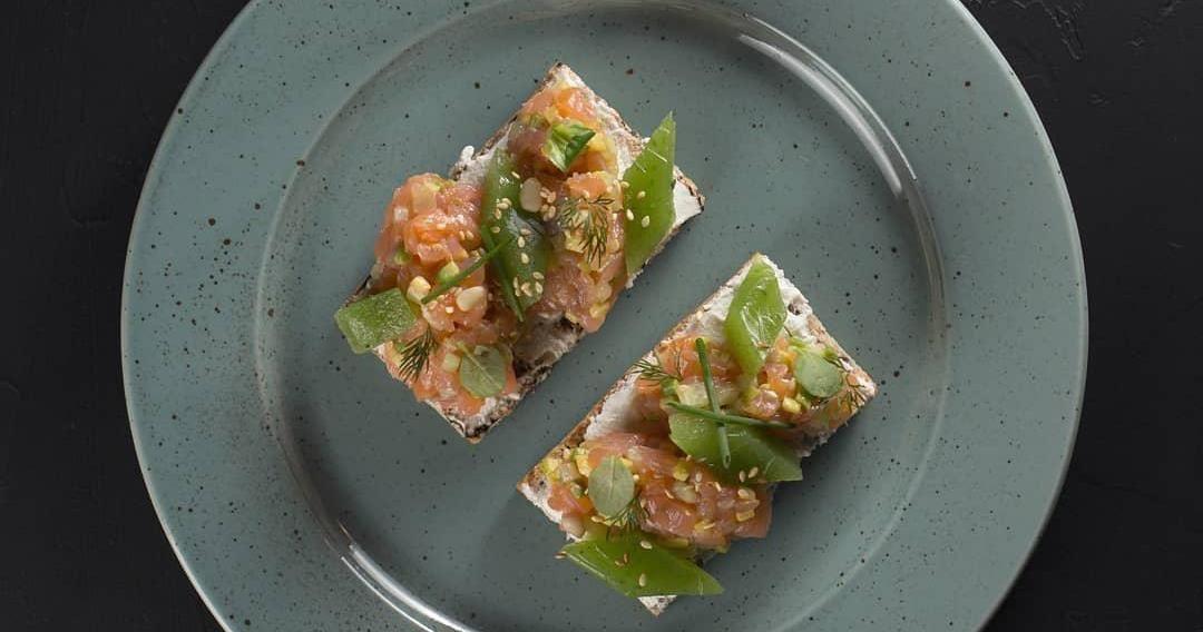 Брускетты с тартаром из копченого лосося ©Фото со страницы ресторана Sherlock Holmes в инстаграме www.instagram.com/holmes_pub