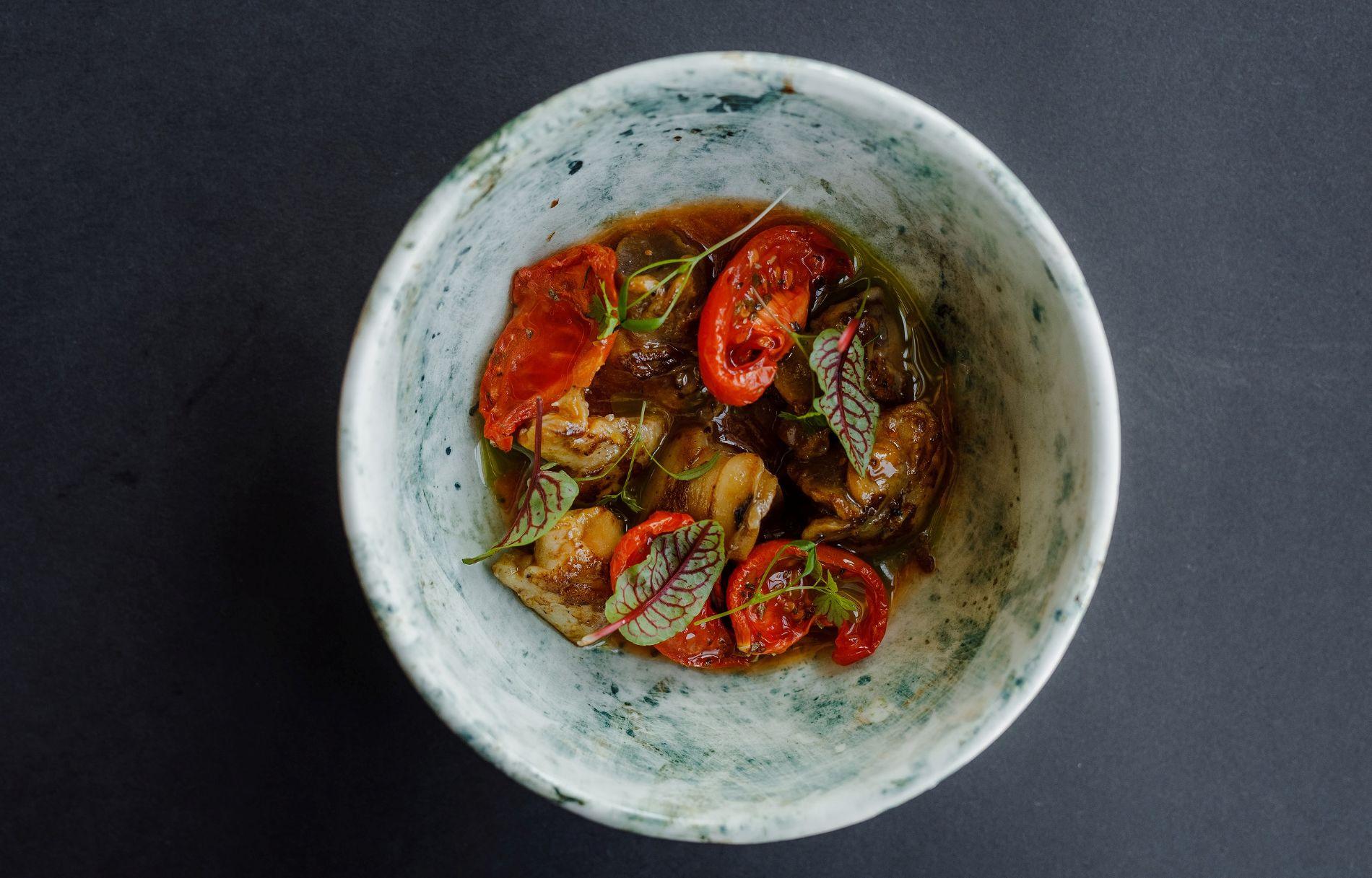 Хе из рапанов с вялеными томатами ©Фотография предоставлена заведением