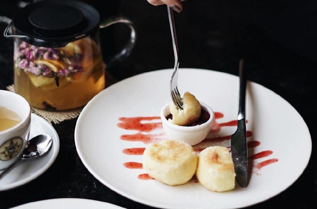 Творожные сырники с ягодным соусом ©Фото со страницы Traveler's Coffee в инстаграме www.instagram.com/travelerscoffeekrasnodar