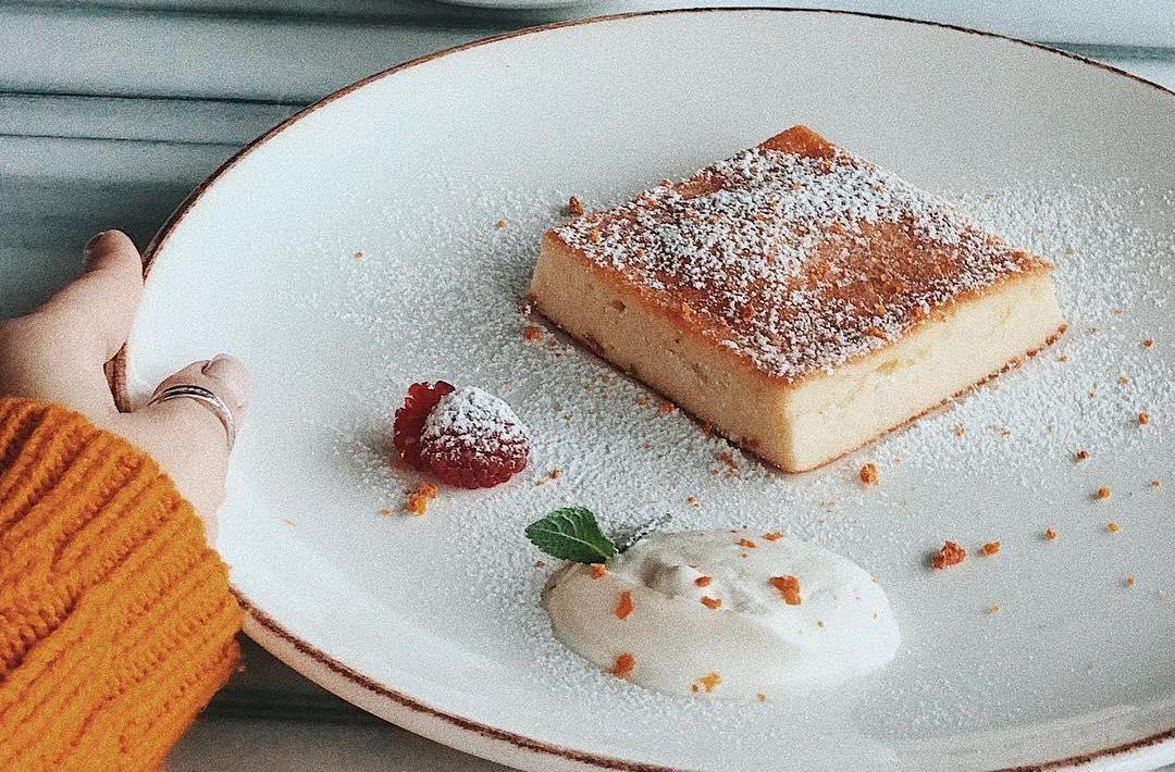 Запеканка творожная ©Фото со страницы бургер-бара «Нахлебник» в инстаграме www.instagram.com/nahlebnik_bar