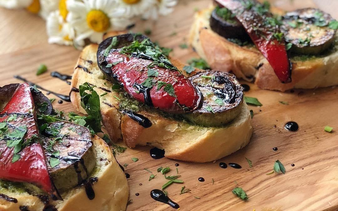 Брускетта на чиабатте с обжаренными сезонными овощами