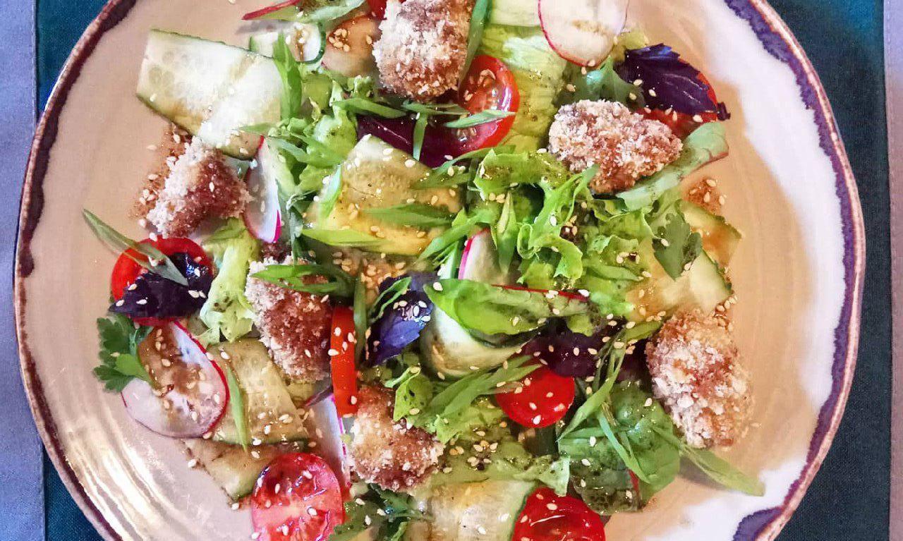 Салат с жареными рапанами, томатами черри и кунжутом ©Фото со страницы кафе «Итальяшка» в инстаграме, www.instagram.com/cafe_italyashka