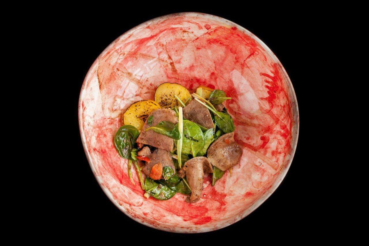 Салат с пастрами из говяжьего языка ©Фотография предоставлена заведением