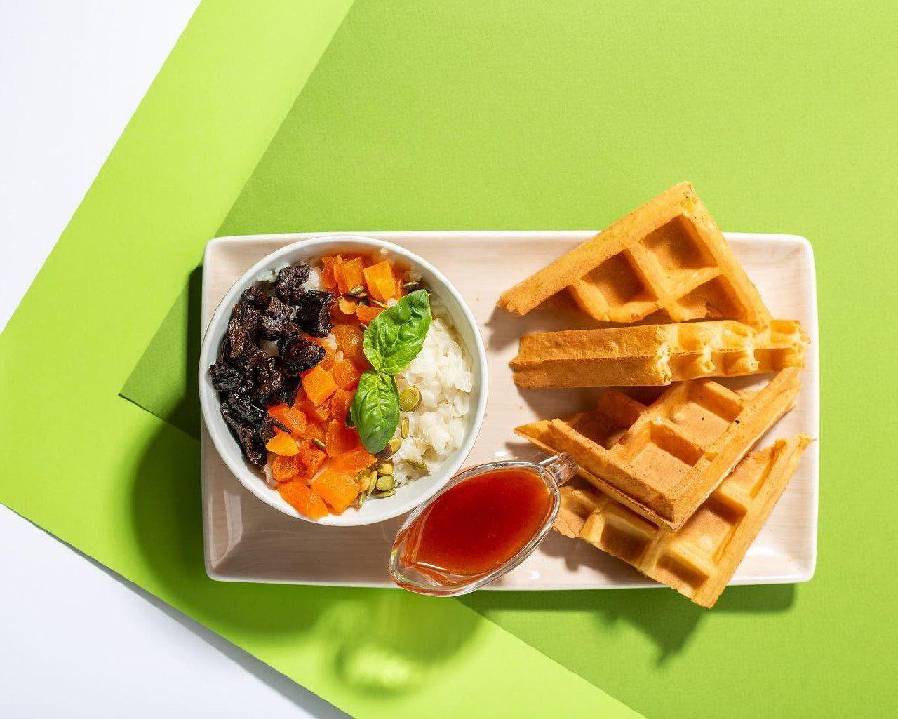 Рисовая каша с сухофруктами и постной вафлей ©Фото со страницы кафе «#Вафливафли» в инстаграме, www.instagram.com/vaflivafli