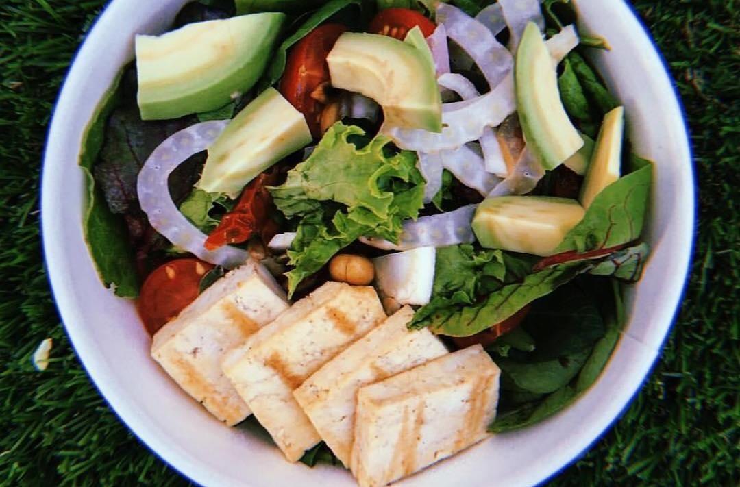 Фитнес-салат с сыром тофу ©Фото со страницы бургер-бара «Нахлебник» в инстаграме www.instagram.com/nahlebnik_bar