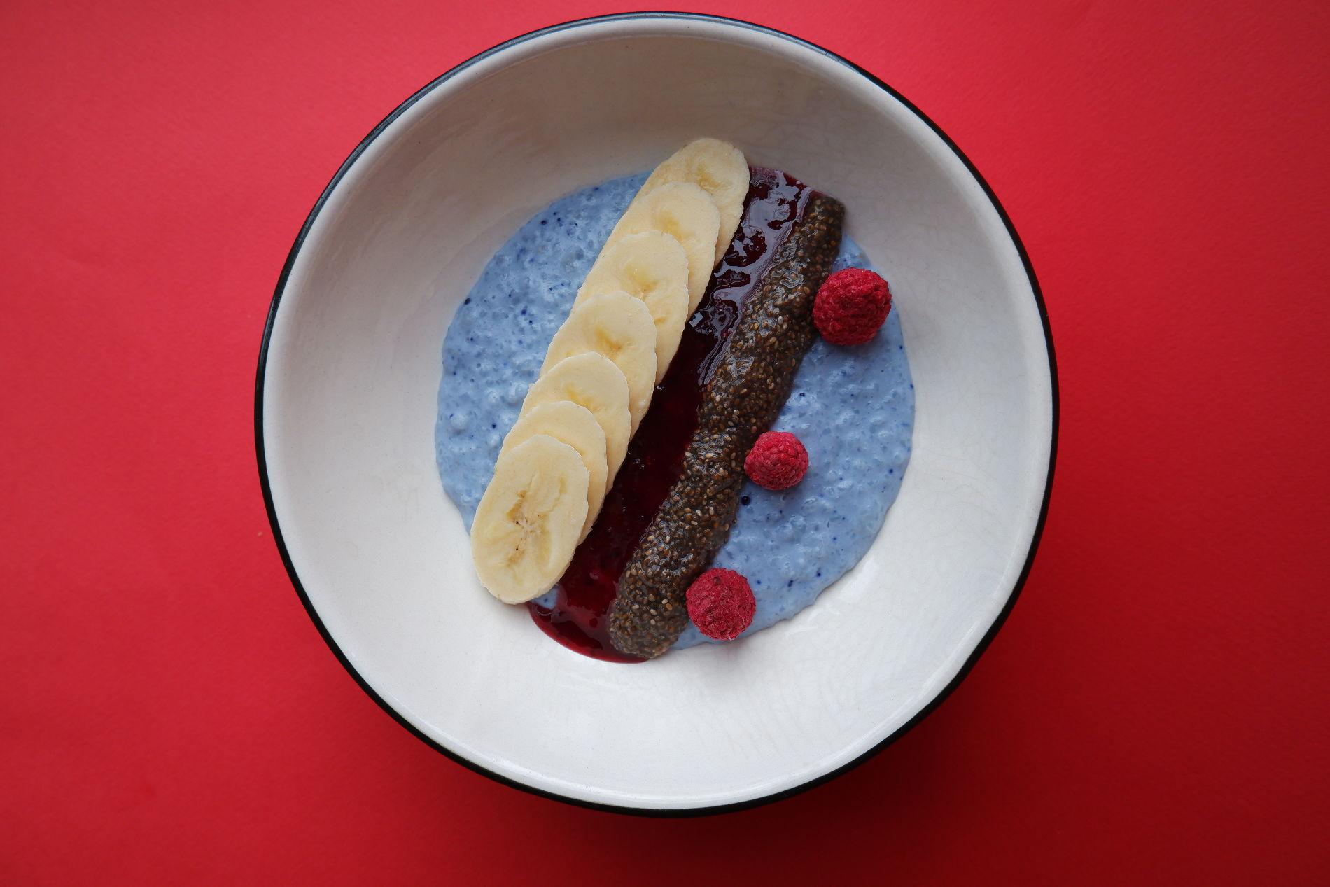 Рисовая каша с голубой матчей, бананом и семенами чиа ©Фото предоставлено PR-службой Mr. Drunke Bar
