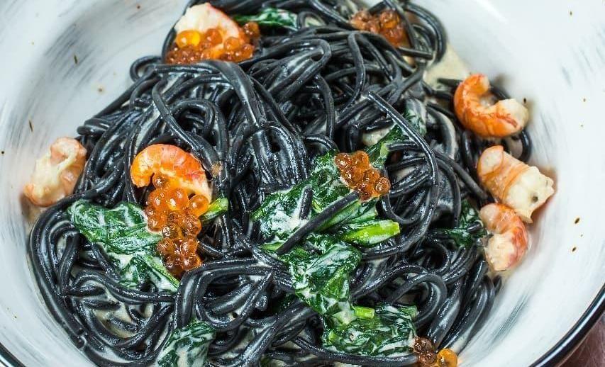 Черные спагетти с раками