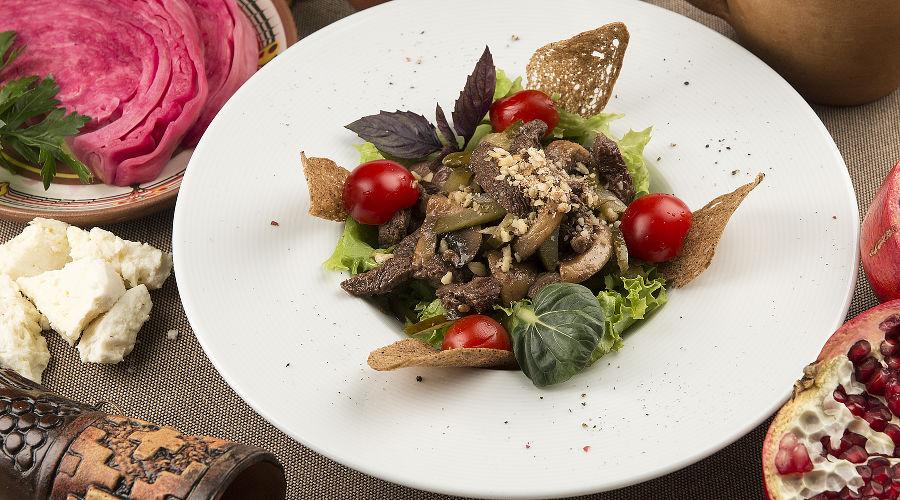 Теплый салат «Кукарача» с говяжьей вырезкой © Фотография предоставлена рестораном грузинской кухни «Сулико»