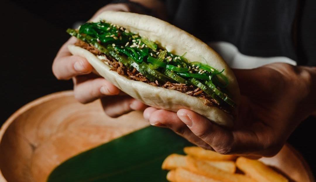 Бао-бургер из рваной говядины в паровой булке ©Фото со страницы Wok Cafе в инстаграме www.instagram.com/wok_cafe_