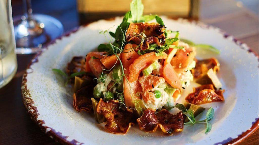 Салат с неркой и маринованной хурмой