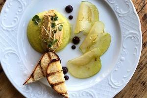 Пате из гуся с соусом из печеных баклажанов и мочеными яблоками © Фотография предоставлена рестораном «Скотина»
