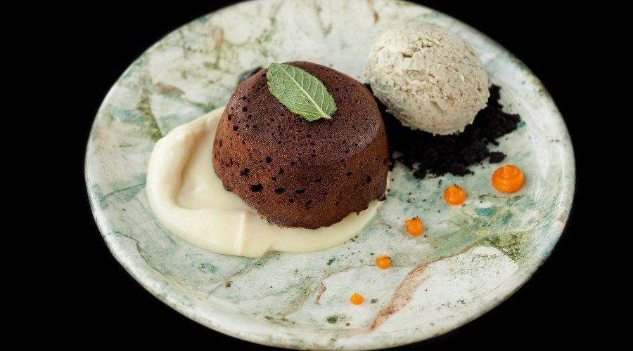 Шоколадный кекс с киви, соусом из лаванды и мороженым из тыквенных семечек © Фотография предоставлена заведением