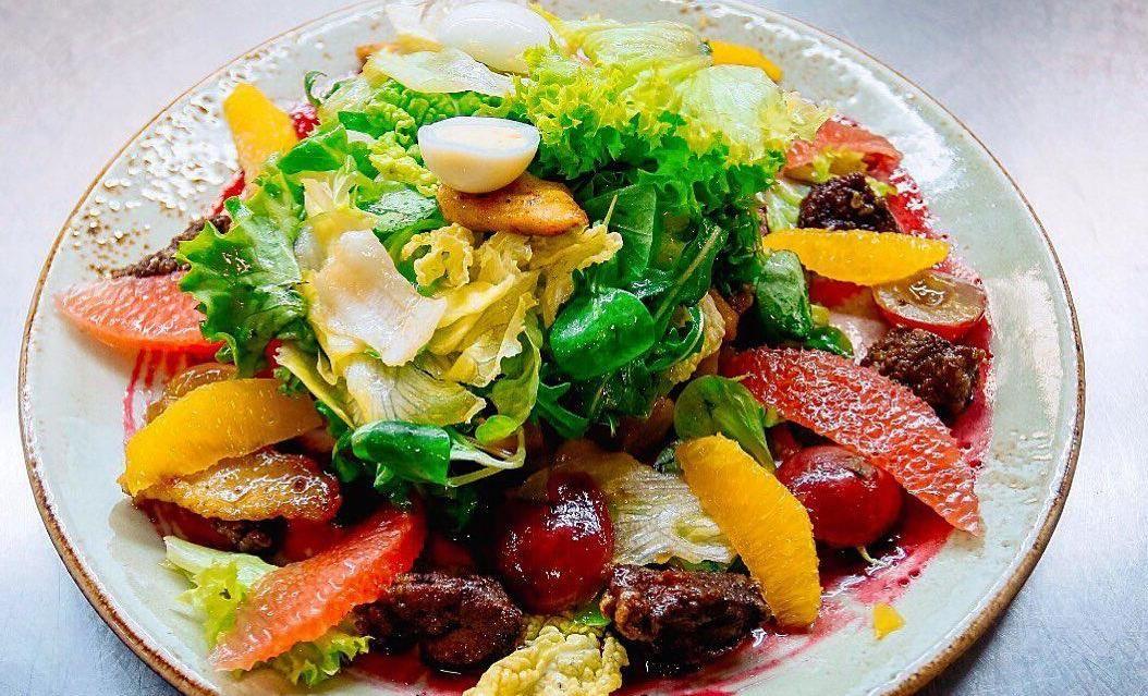 Салат из карамелизированной куриной печени и грудки с цитрусами ©Фото со страницы ресторана «Старый город» в инстаграме, www.instagram.com/old_city_rest