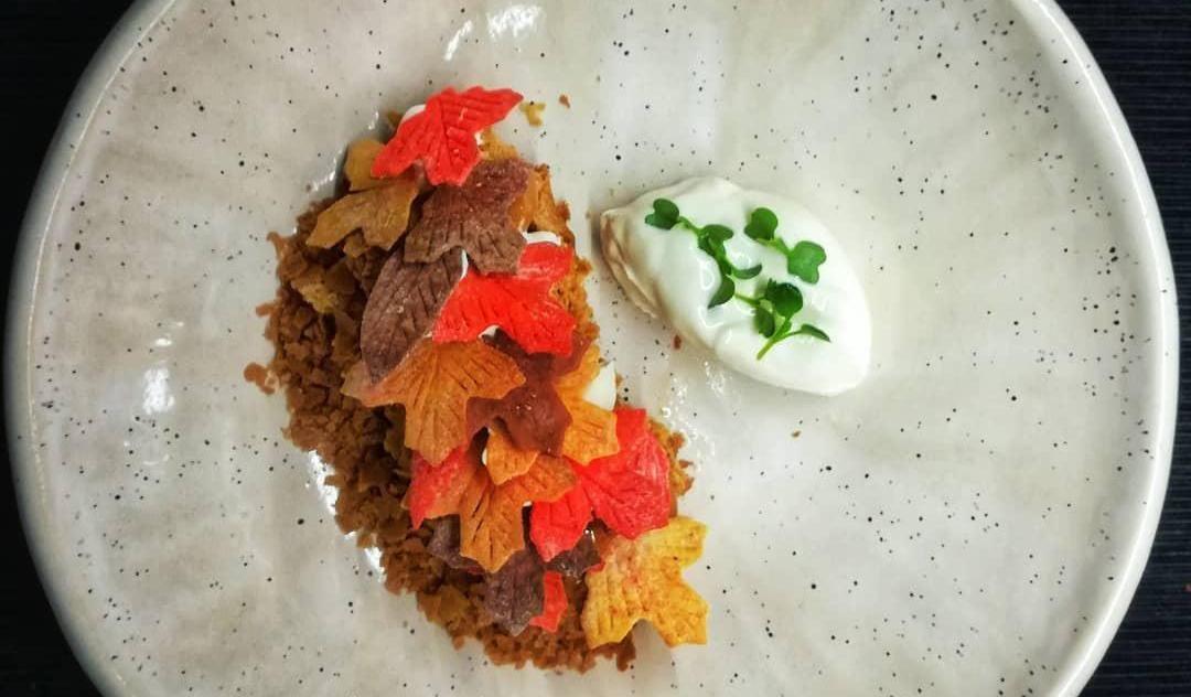 Торт «Рыжик» со сметаной и гречишным медом ©Фото со страницы ресторана «Угли-Угли» в инстаграме www.instagram.com/ugli_ugli