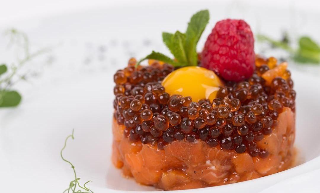 Тартар из лосося с устричной икрой