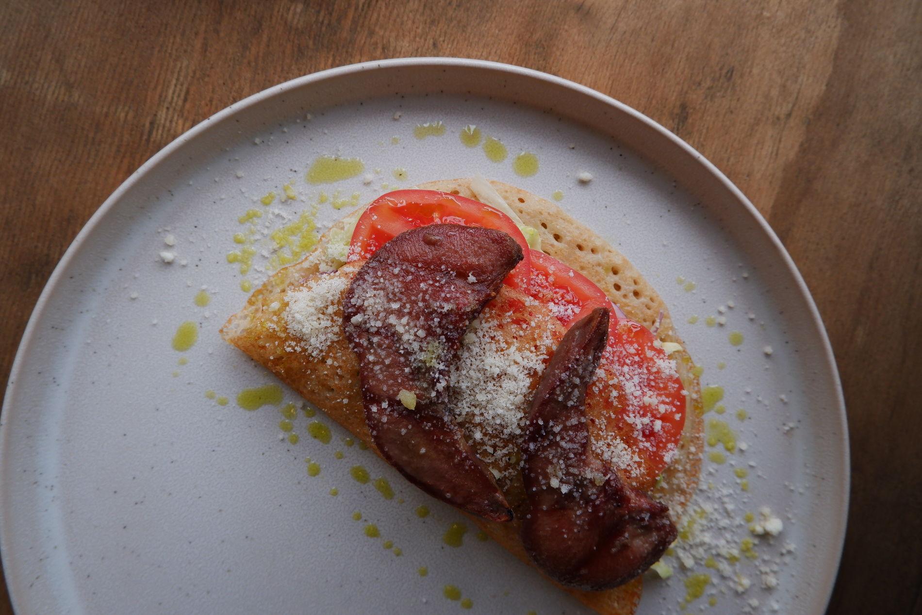 Блины с языком ягненка, томатами и соусом из тунца и анчоусов ©Фото предоставлено PR-службой ресторана «Скотина»