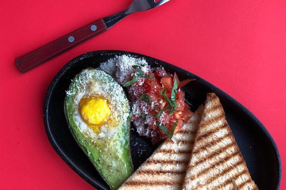 Запеченное авокадо с яйцом, пармезаном и салатом шакароб ©Фотография предоставлена заведением